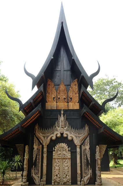 「黒い家」を装飾する見事な木彫