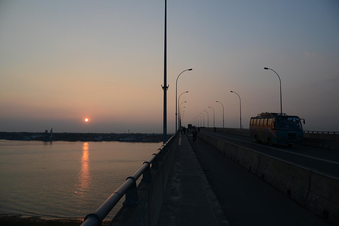 大河をまたぐ橋