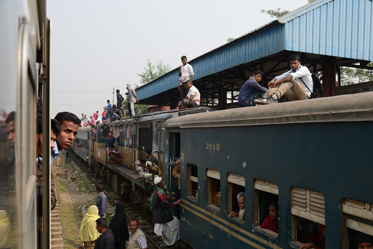 列車の屋根の上にも人が鈴なり